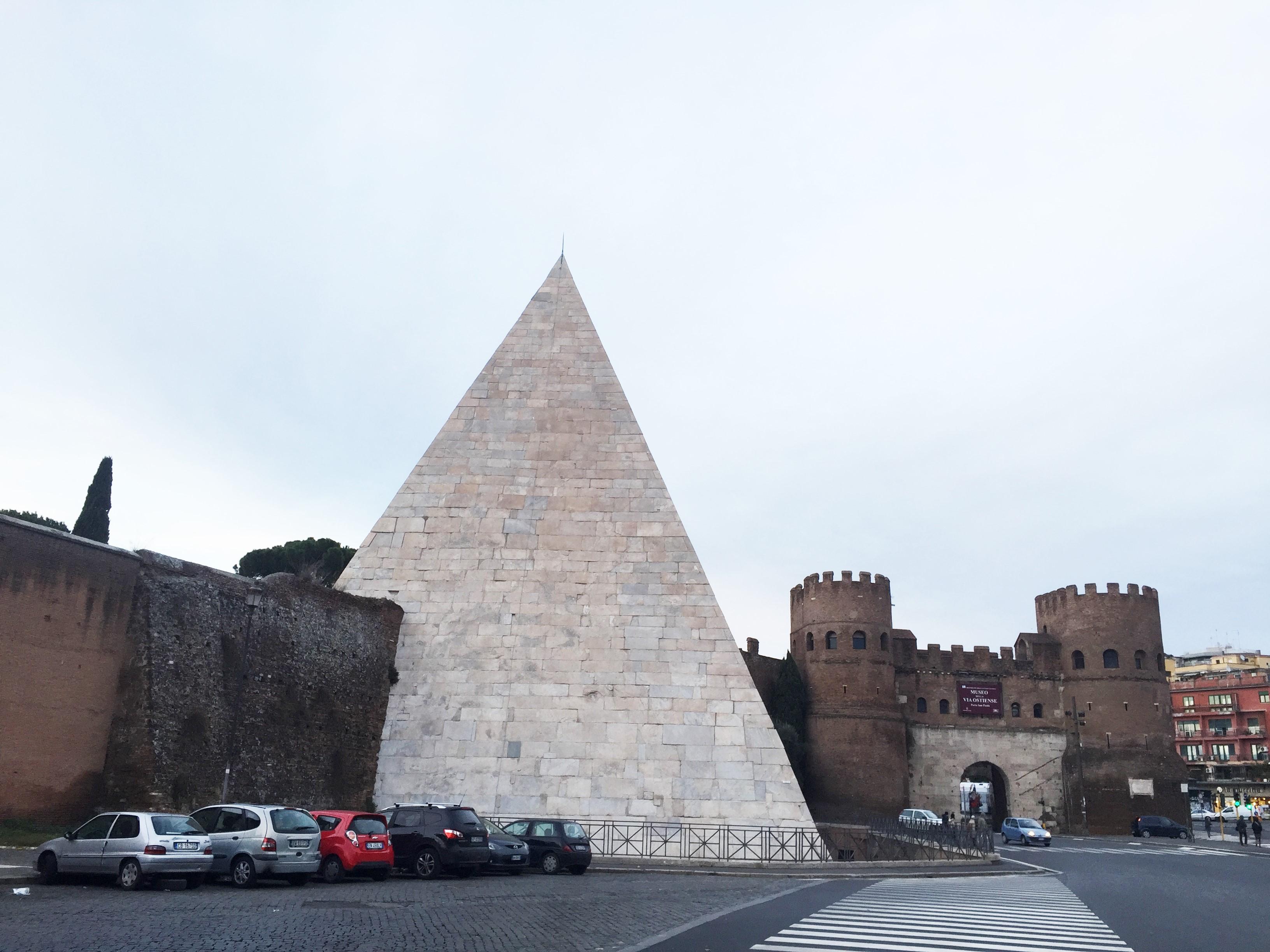 Pirâmide Caio Castro